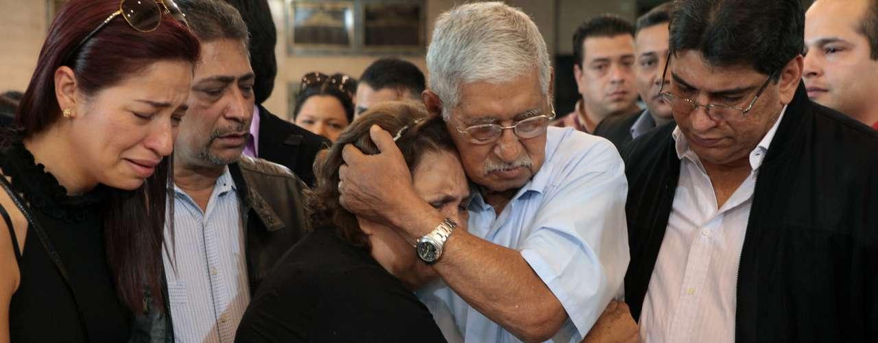 7 de março -O pai de Hugo Chávez, Hugo de los Reyes Chávez, conforta sua mulher, Elena Frias, durante o velório