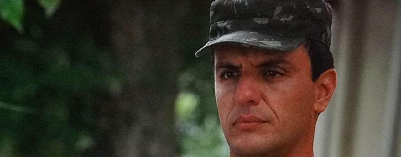 Théo (Rodrigo Lombardi) recebe o advogado no regimento e diz que não deixará de tentar provar que Lívia (Claudia Raia) mentiu sobre o sumiço de Morena (Nanda Costa)