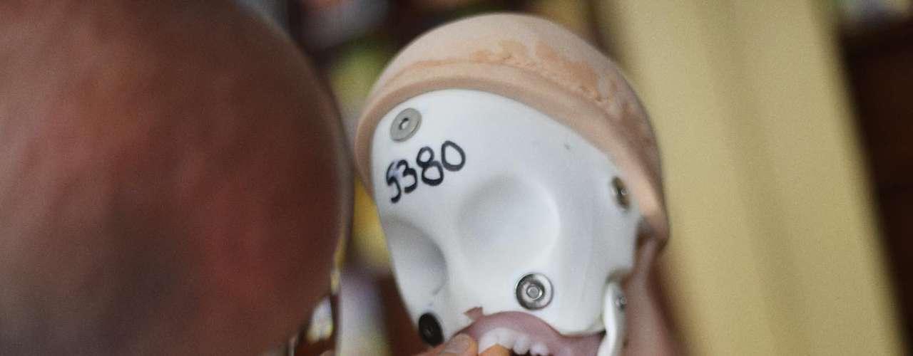 Sem peruca e máscara, o que fica é um esqueleto artificial, com dentes e língua feitos do mesmo material da pele
