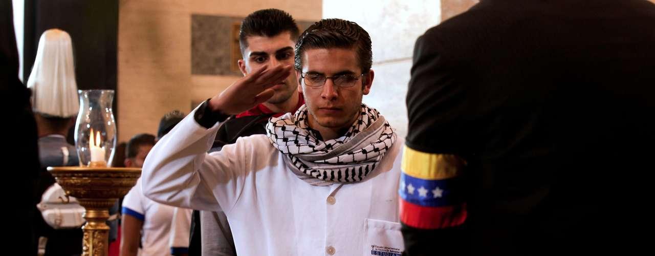7 de março - Muitos faziam saudação militar em frente ao caixão de Chávez