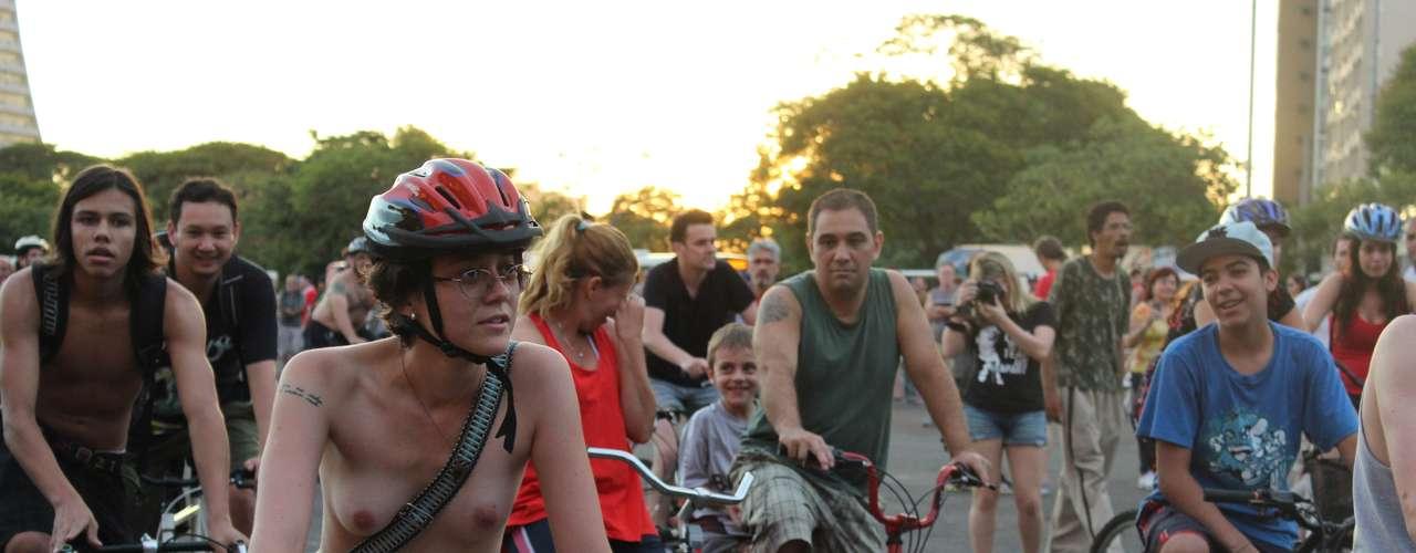 Alguns jovens tiraram toda a roupa para sair pedalando pela rua José do Patrocínio