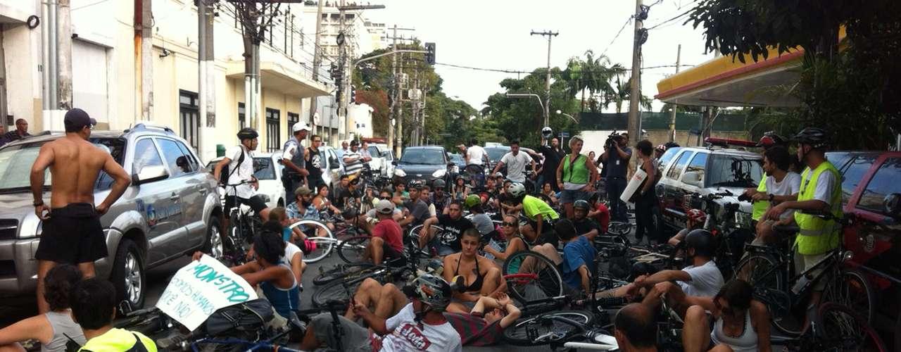10 de março - À tarde, ciclistas se reunirampara protestar em frente ao distrito policial para onde o motorista foi encaminhado.