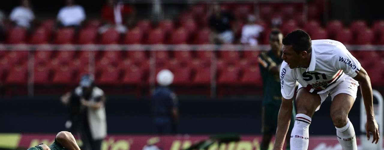 Valdivia caiu no gramado após levar a cotovelada de Lúcio e o árbitro optou por expulsar o zagueiro
