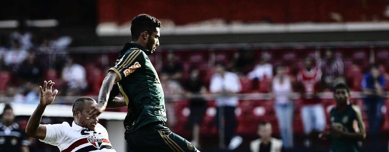 Luís Fabiano chega por baixo para roubar bola de Vilson