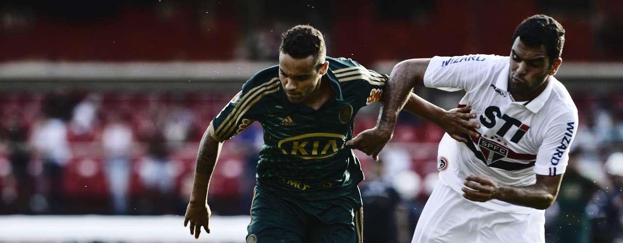 Weldinho e Maicon disputam bola no Morumbi