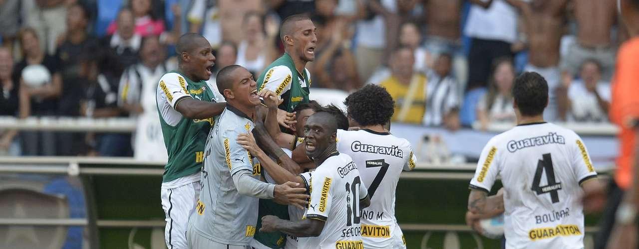 Botafogo encontrava dificuldades para concluir a gol, mas furou a retranca vascaína aos 34min da etapa final
