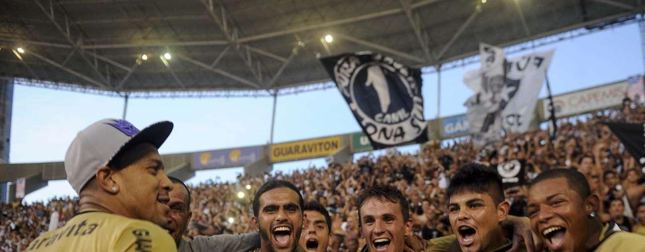 Botafogo comemorou o título com camisas douradas no Engenhão