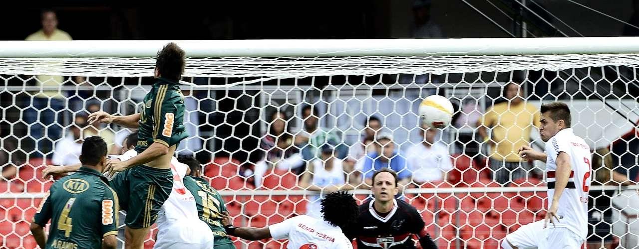 Rogério Ceni observa bola que vai em direção a seu gol