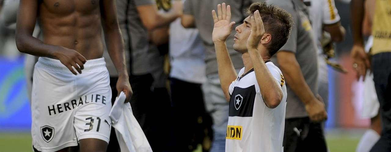 Fellype Gabriel faz oração para celebrar o título do Botafogo