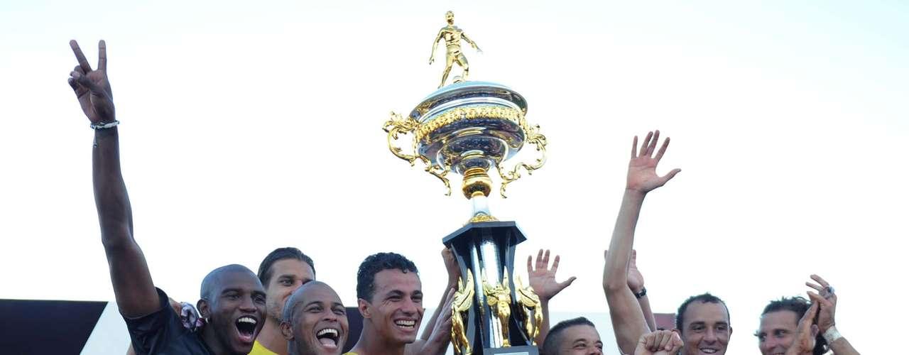 Jogadores do Inter fazem festa com a Taça Piratini; equipe colorada derrotou o São Luiz por 5 a 0 e venceu o primeiro turno do Campeonato Gaúcho