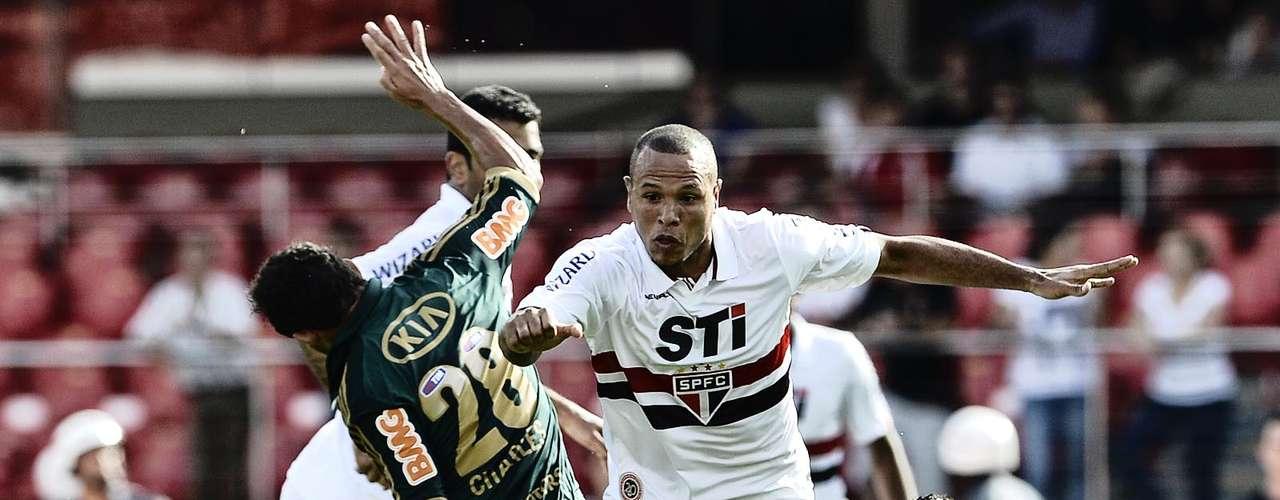 Luís Fabiano briga pela bola com a marcação do Palmeiras