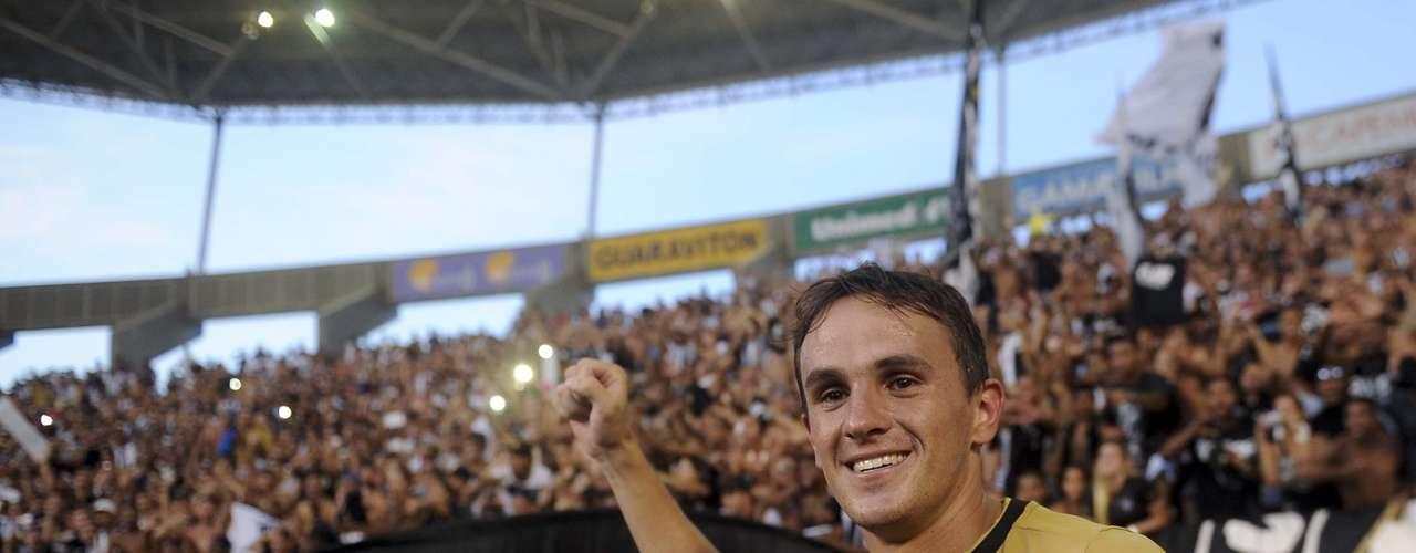 Lucas acertou um belo chute colocado para fazer o gol da vitória