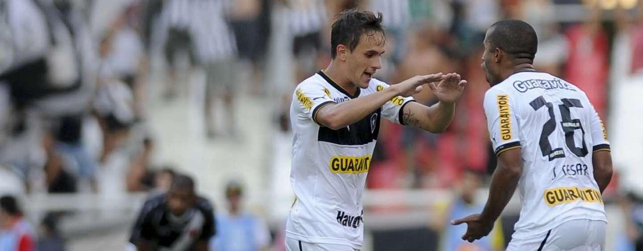 Lucas comemora com o lateral esquerdo Julio Cesar, que participou da jogada do gol