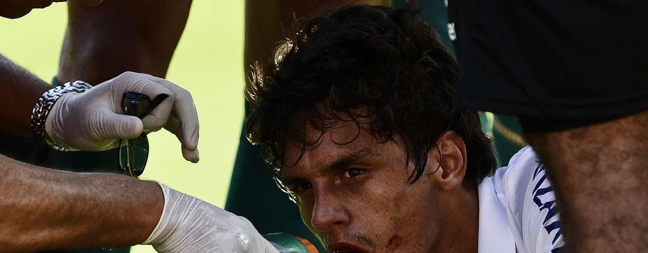 Rodrigo Caio levou a pior em disputa de bola com Charles e ficou com um sangramento na boca