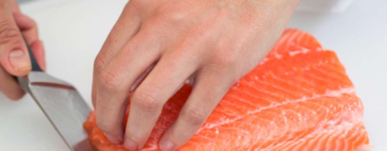 Reduzir alimentos fritos, gordurosos e ricos em calorias para diminuir a barriga é uma necessidade. Já as proteínas magras como peixe, tofu e carne de peru podem ser mantidas,pois fornecem energia e ajudam na queima de calorias. Em relação aos peixes, prefira salmão e atum, que são ricos em ômega-3