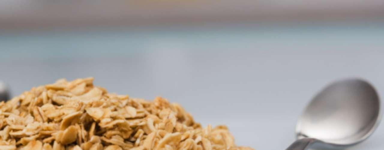 Ficar sem comer não é a saída para diminuir a circunferência abdominal. A primeira refeição é a mais importante para regular os níveis de açúcar no sangue e coloca o metabolismo para trabalhar. Rica em fibras, a aveia é uma ótima opção para começar o dia
