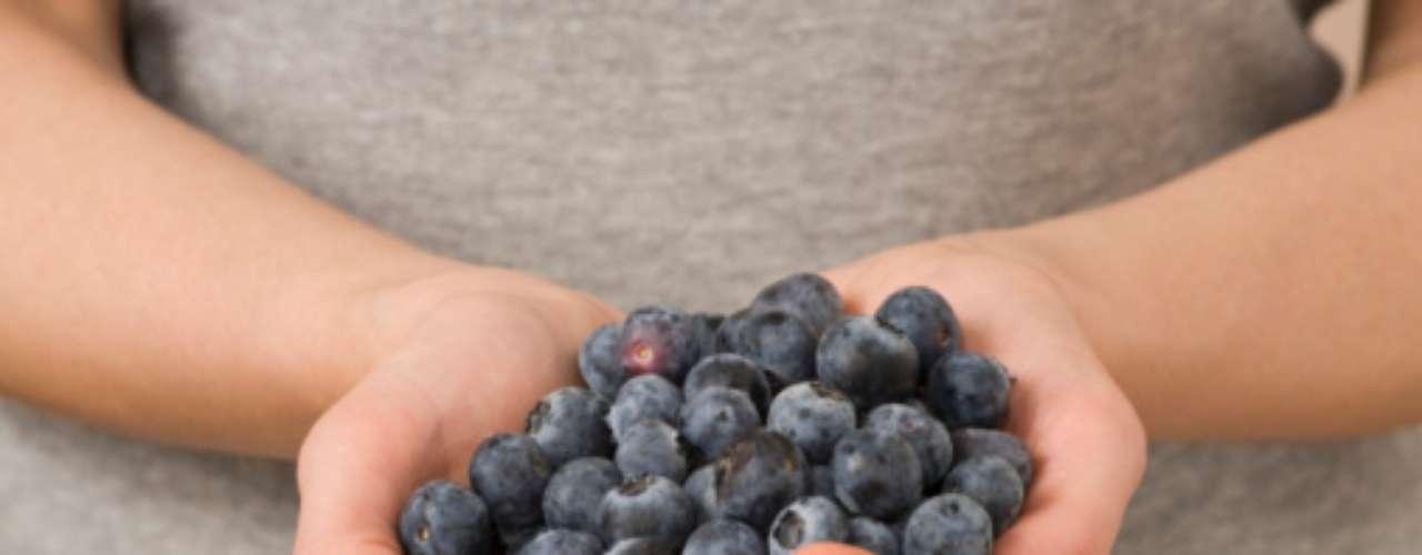Uma dieta rica em mirtilos pode ajudar a diminuir a gordura abdominal. A fruta pode ser batida e tomada como suco