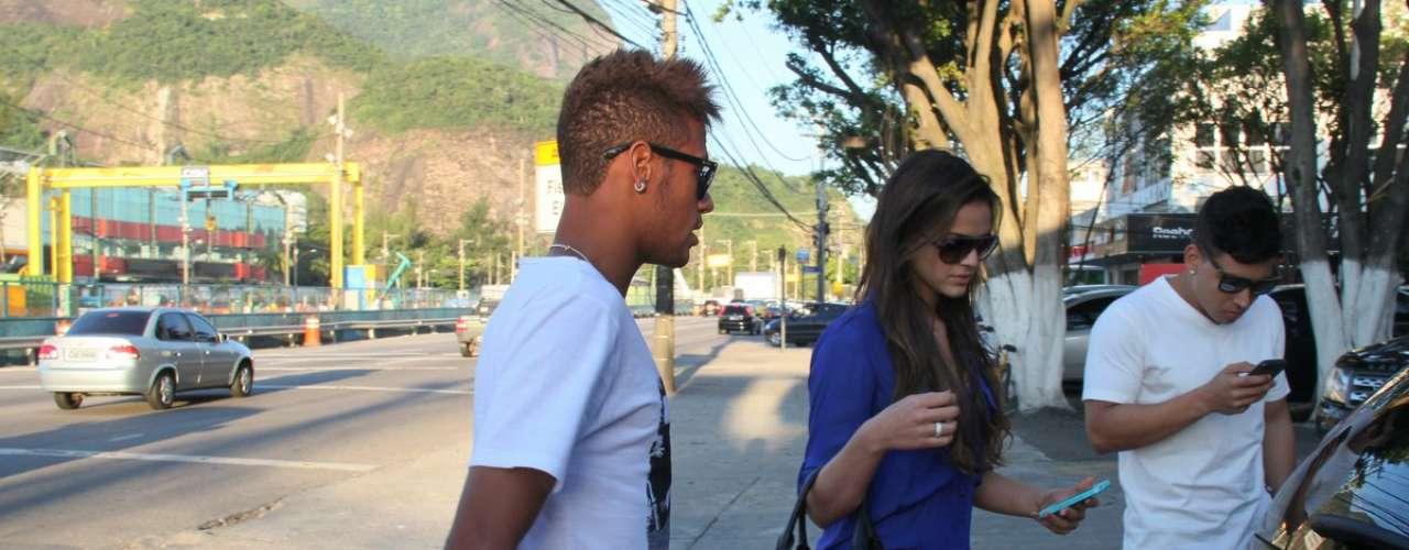 Bruna Marquezine e Neymar ao chegarem para comer em uma churrascaria carioca, em 2013