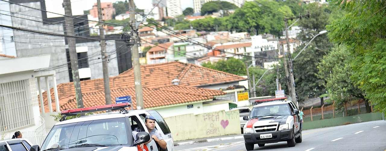 11 de março Carros da Polícia Militar transportaram Mizael, que é policial reformado