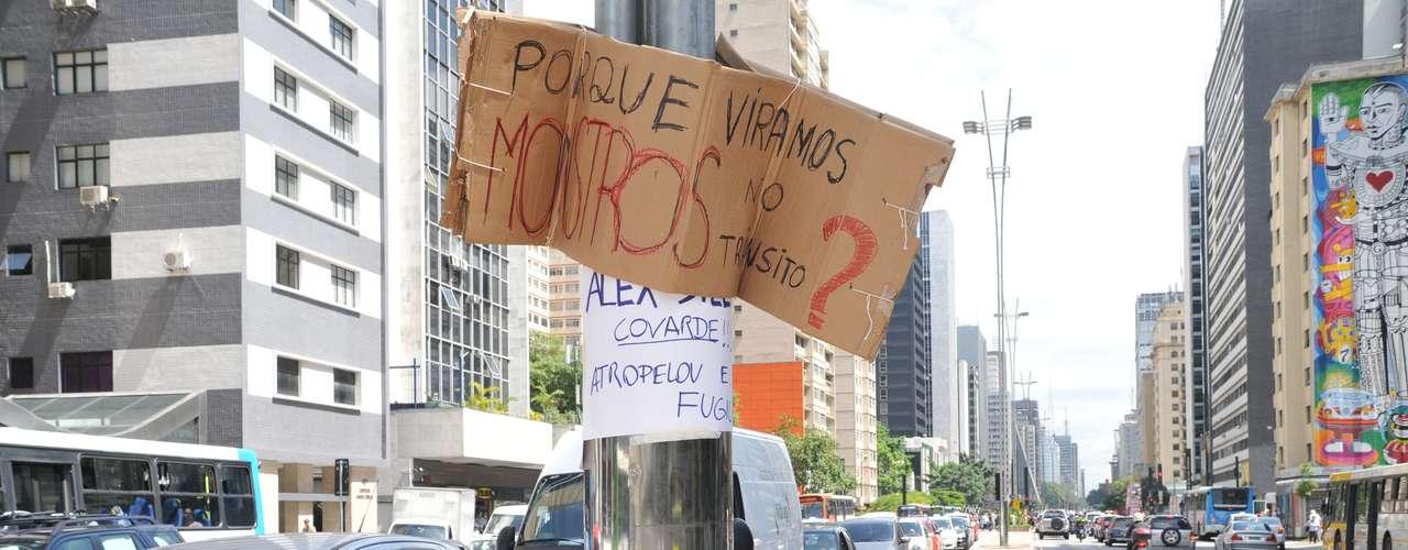 11 de março - Poste do canteiro central da avenida Paulista amanheceu com cartazes de protesto contra o atropelamento de ciclista