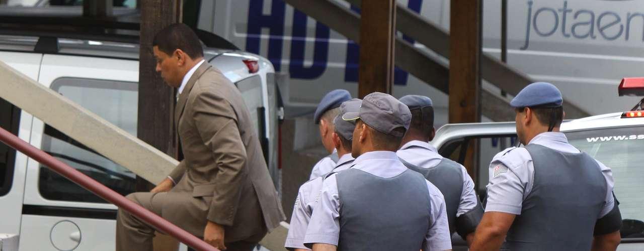 12 de março -Mizael chega escoltado pela polícia para o segundo dia de seu julgamento no Fórum de Guarulhos