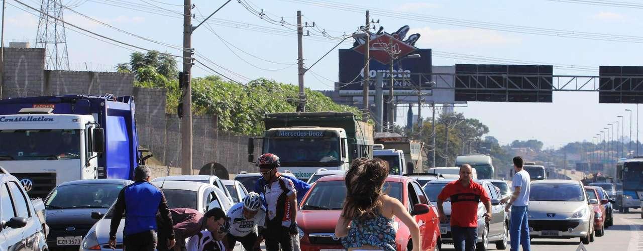 1º de julho de 2012 - Ciclista morre atropelado por um carro na rodovia Castello Branco, na região de Osasco, Grande São Paulo. Ciclistas que acompanhavam a vítima e dois médicos que passavam pelo local fizeram os primeiros socorros ao acidentado, que não resistiu aos ferimentos e morreu antes da chegada da ambulância