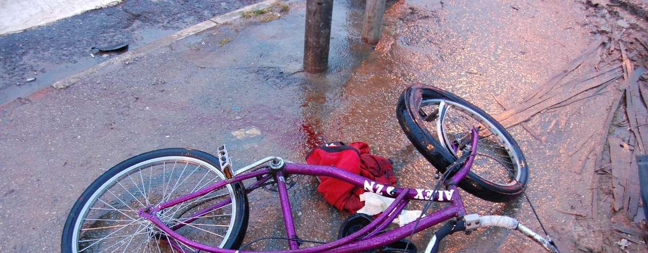 21 de junho de 2012 - Um adolescente morre e outro fica ferido em acidente envolvendo bicicleta e ônibus em São Paulo. De acordo com o relato do motorista dado à polícia, a dupla, que vinha de bicicleta pela avenida Jardim Japão, não respeitou o sinal vermelho, colidindo com a lateral direita do coletivo, na esquina com a avenida Júlio Buono. Alex Castro Ferreira de Almeida, que conduzia a bicicleta, chegou a ser socorrido e levado para o Hospital Mandaqui, mas não resistiu aos ferimentos. O outro jovem foi levado ao pronto-socorro e sobreviveu