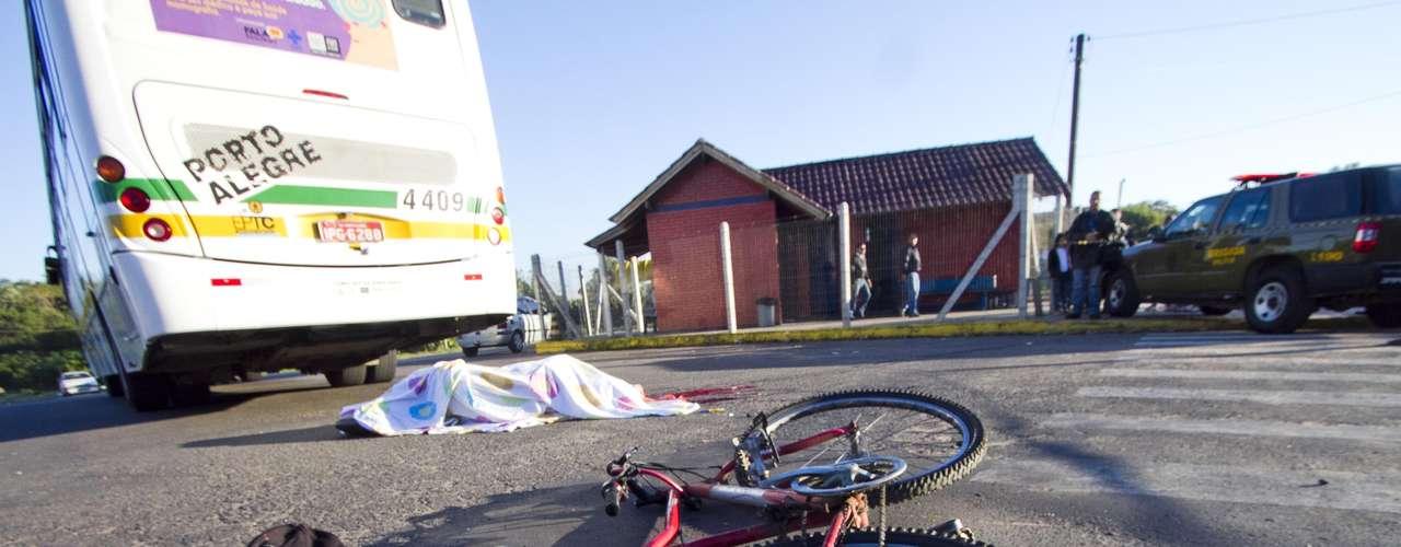 1º de junho de 2012 - Ciclista de 44 anos é atropelado por um ônibus em Porto Alegre. O acidente aconteceu na avenida Delegado Ely Correa Prado, na altura do número 1440, próximo à avenida Protásio Alves. A vítima morreu no local