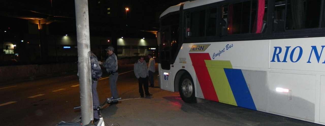 7 de maio de 2012 - Em mais um acidente envolvendo bicicleta e ônibus, José Vicente dos Santos, 29 anos, morreu após ser atropelado no Ipiranga, região sudeste de São Paulo. O motorista do ônibus estava na rua Presidente Batista Pereira e, após cruzar a primeira pista da avenida do Estado, virou à esquerda na pista contrária, atingindo o ciclista, que morreu no local. O condutor só percebeu que havia atropelado a vítima quando testemunhas gritaram