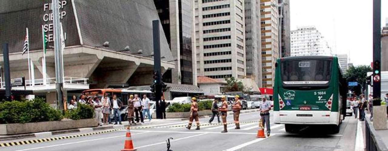 2 de março de 2012 - Uma ciclista morre após ser atropelada por um ônibus na avenida Paulista, próximo ao cruzamento com a rua Pamplona, no centro expandido de São Paulo. A bióloga Juliana Ingrid Dias, 33 anos, trafegava de bicicleta na pista sentido Consolação da avenida, quando foi fechada por um ônibus que mudara de faixa sem perceber a sua aproximação. A ciclista foi jogada para o corredor exclusivo para ônibus e acabou atropelada por um segundo coletivo. O acidente provocou revolta e foi um dos motivos que levaram à criação, em setembro do mesmo ano, da ciclofaixa da Paulista. O motorista que fechou Juliana responde criminalmente pelo acidente.