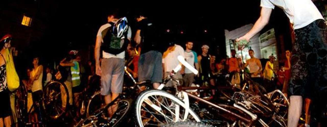 25 de fevereiro de 2011 - As imagens de um Golf preto avançando sobre dezenas de ciclistas que faziam um passeio pelas ruas de Porto Alegre (RS) ganharam o mundo e chocaram a opinião pública. Cerca de 100 ciclistas do movimento Massa Crítica seguiam pela rua José do Patrocínio quando foram surpreendidos pelo automóvel dirigido por Ricardo Neis na esquina com a rua Luiz Afonso. Pelo menos 17 sofreram lesões. A polícia disse que o atropelamento foi intencional e que o motorista do Golf acelerou várias vezes antes de derrubar os ciclistas. Ao ser preso, ele alegou legítima defesa, relatando que os manifestantes agiram com violência contra seu carro. Em junho de 2012, a Justiça determinou que Neis irá a júri popular por 17 tentativas de homicídios qualificados. Atualmente, ele responde ao processo em liberdade