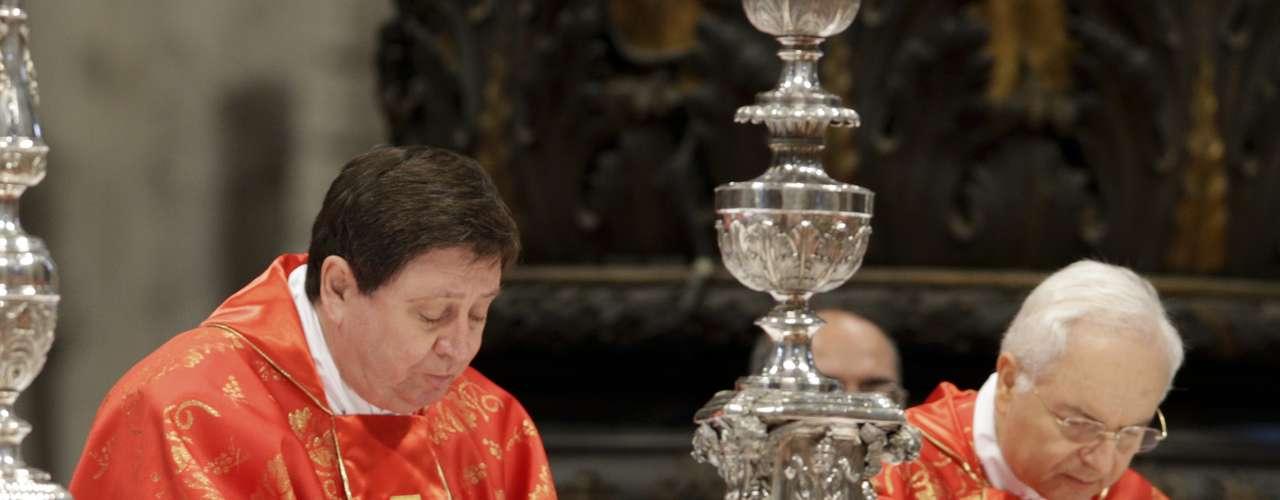 12 de março -O cardeal brasileiro João Braz de Aviz (esq.) e o cardeal Mauro Piacenza participam de missa dentro da Basílica de São Pedro