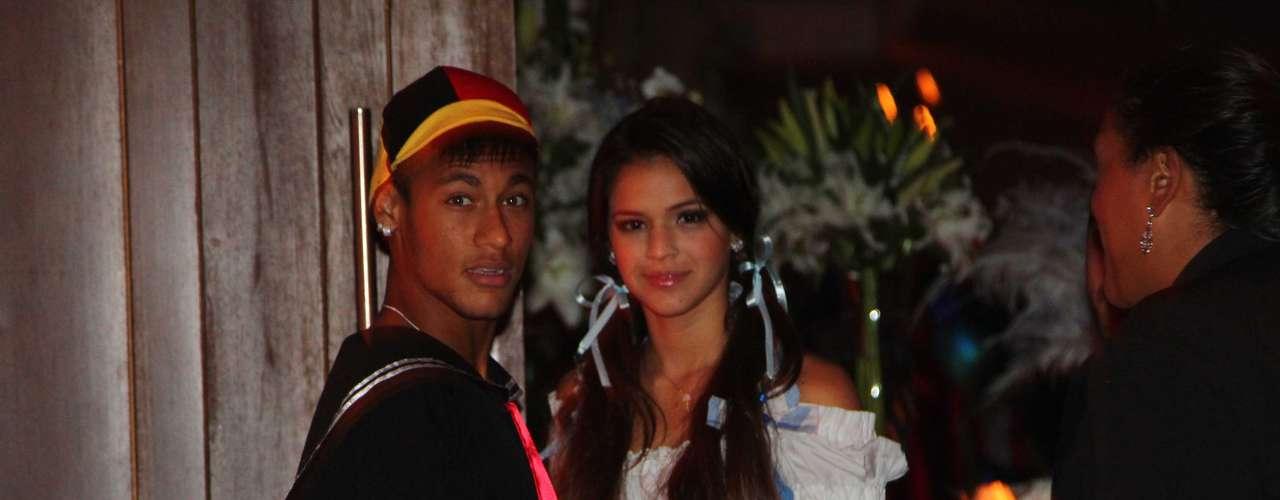 Neymar e Marquezine na entrada dafesta à fantasia do cantor Thiaguinho, em março do ano passado, na capital paulista