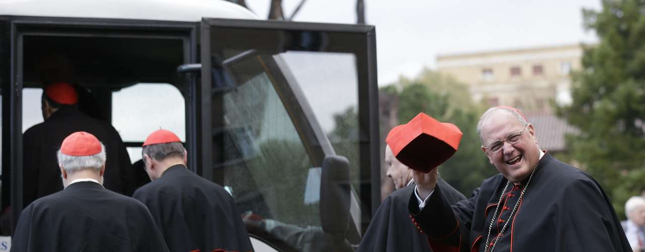 12 de março -Timothy Dolan, cardeal americano, acena para repórteres antes do início do Conclave que vai eleger o novo papa