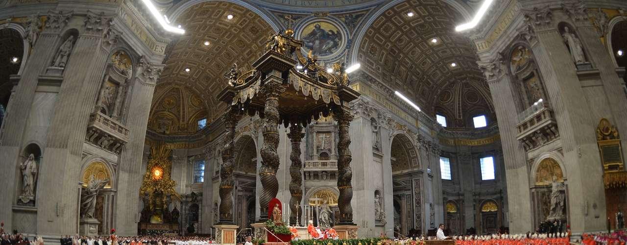 12 de março -Sob o comando do decano do Colégio dos Cardeais, o italiano Angelo Sodano, os 115 cardeais que irão eleger a partir desta terça-feira o novo Sumo Pontifíce da Igreja Católica iniciaram por volta das 10h (6h de Brasília) a missa Pro Eligendo Pontifice na Basílica de São Pedro, na Cidade do Vaticano