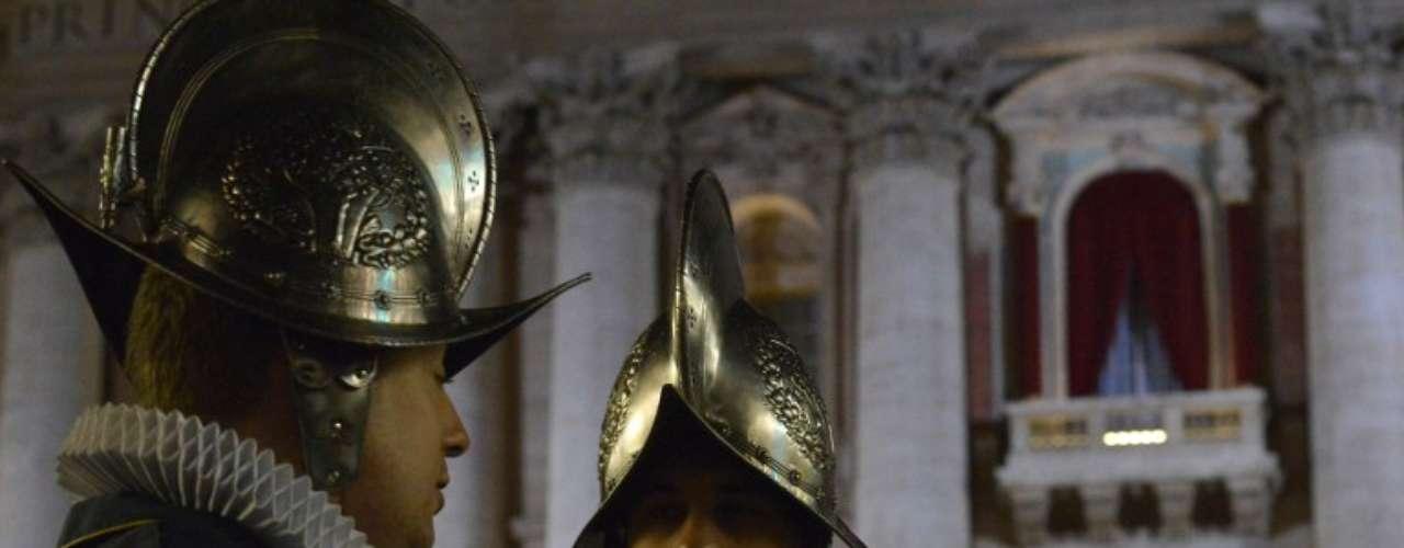 13 de março - Guarda Suíça faz a guarda em frente à sacada onde o novo papa aparecerá pela primeira vez
