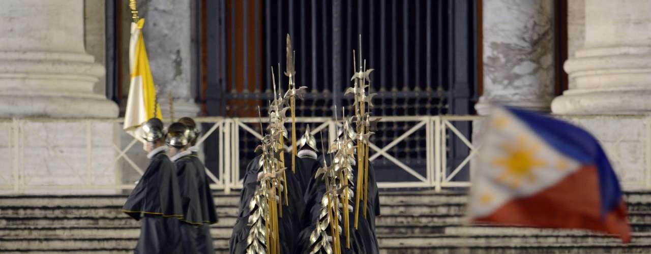13 de março - Guarda Suíça se movimenta após anúncio de que Igreja Católica tem um novo papa