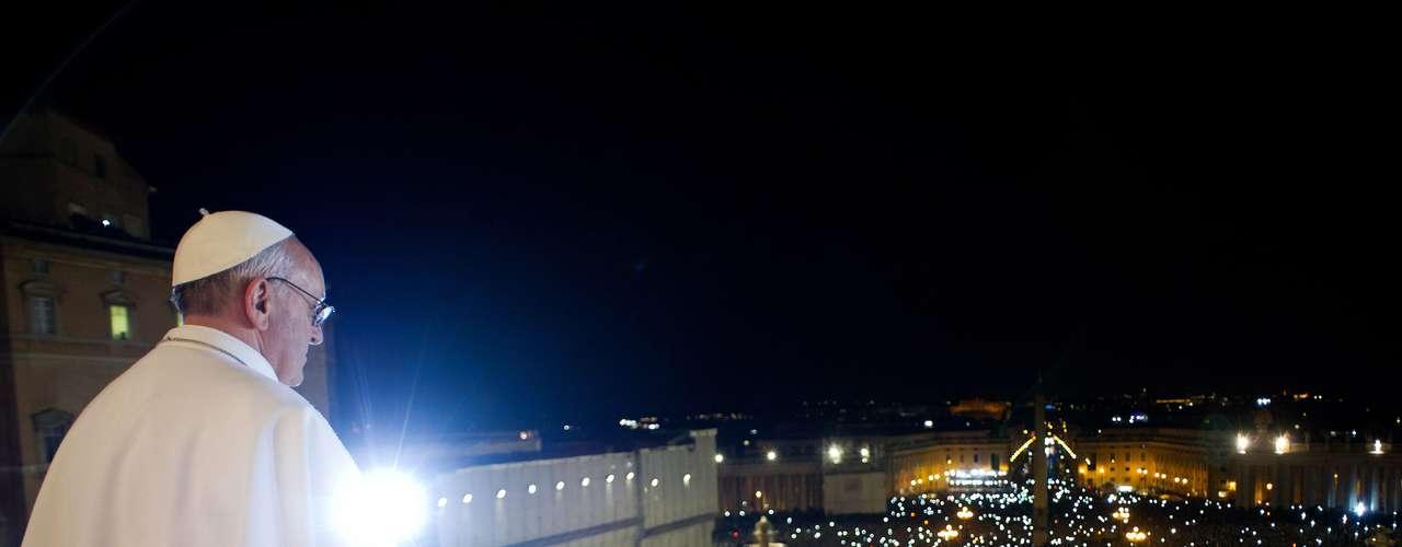 13 de março -O novo papa Francisco aparece no balcão central da Basílica de São Pedro após o Conclave