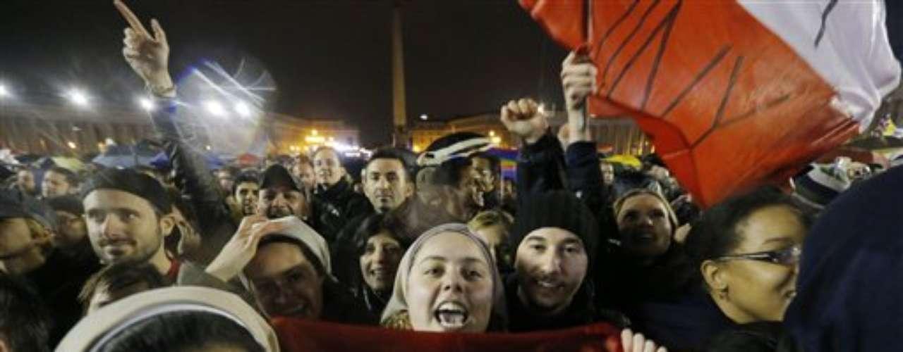 13 de março - Multidão aguarda na praça São Pedro a revelação do nome do novo papa