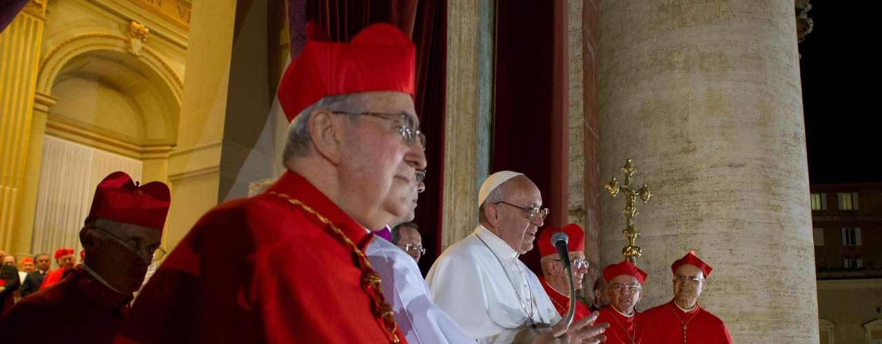 13 de março - Papa Francisco pronuncia suas primeiras palavras como Sumo Pontífice no balcão central da Basílica de São Pedro após o Conclave