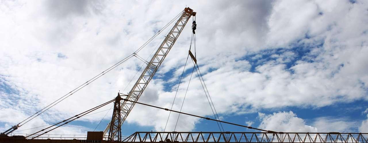 13 de março de 2013: O içamento da estrutura foi realizado por uma equipe de 40 homens, tendo como principal equipamento o superguindaste de 1.500 toneladas de capacidade