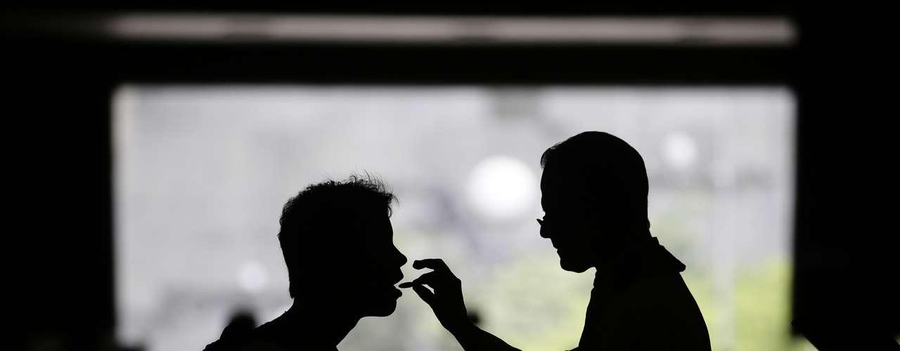 Fiel comunga na Catedral do Rio de Janeiro em missa após o anúncio do papa Francisco
