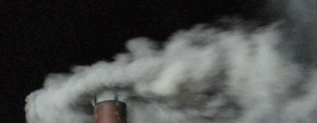 A fumaça branca sai da chaminé da Capela Sistina, anunciando que os cardeiais chegaram a um acordo para a escolha de um novo papa no segundo dia de Conclave