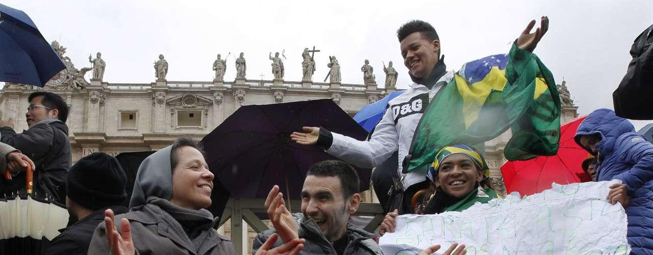 13 de março -Fiéis portugueses e brasileiros aguardam na Praça São Pedro pela escolha do novo papa no segundo dia de Conclave