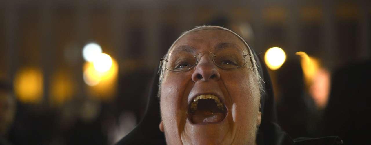 Freira celebra ao ver o cardeal argentino Jorge Mario Bergoglio saindo da sacada da Basílica de São Pedro como o novo papa