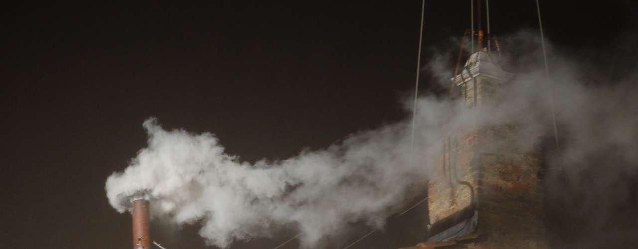 13 de março - Fumaça branca sai da chaminé da Capela Sistina, indicando que um novo papa foi escolhido pelos cardeais