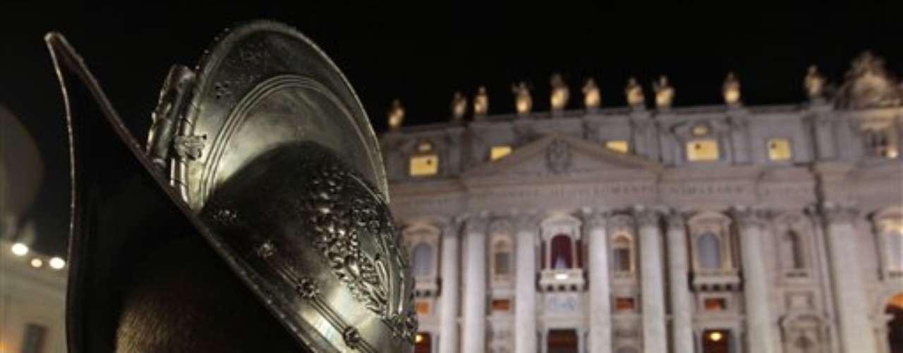 13 de março - Guarda Suíça aguarda em frente ao balcão em que o novo papa aparecerá pela primeira vez