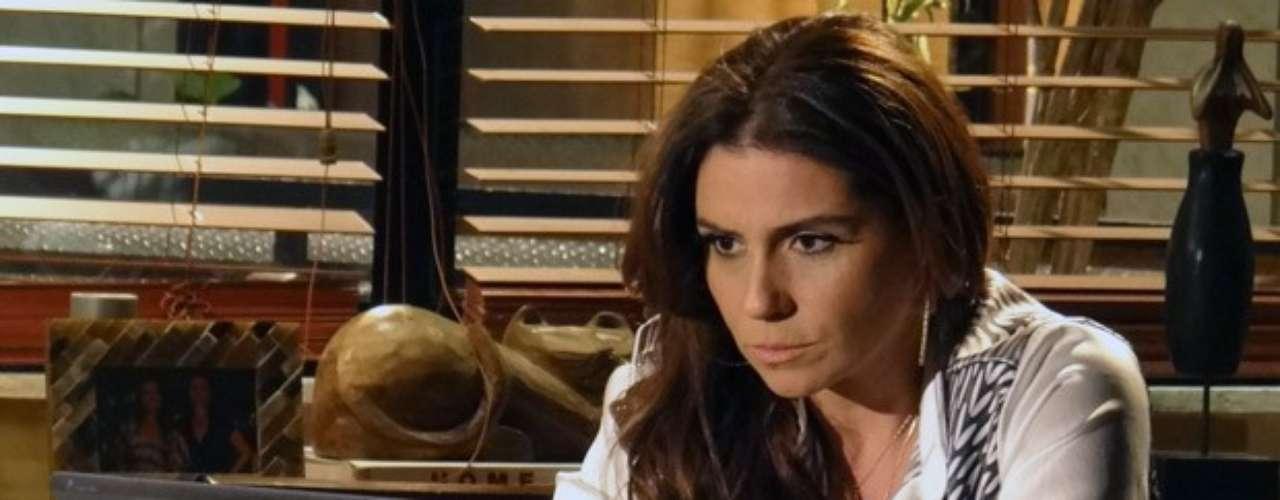 Helô ainda conta que Waleska (Laryssa Dias) ligou para ela e pede para Morena não contar a mais ninguém que está viva. Nem mesmo para sua família! A delegada ainda avisa que vai até a Turquia e promete resgatá-la. \