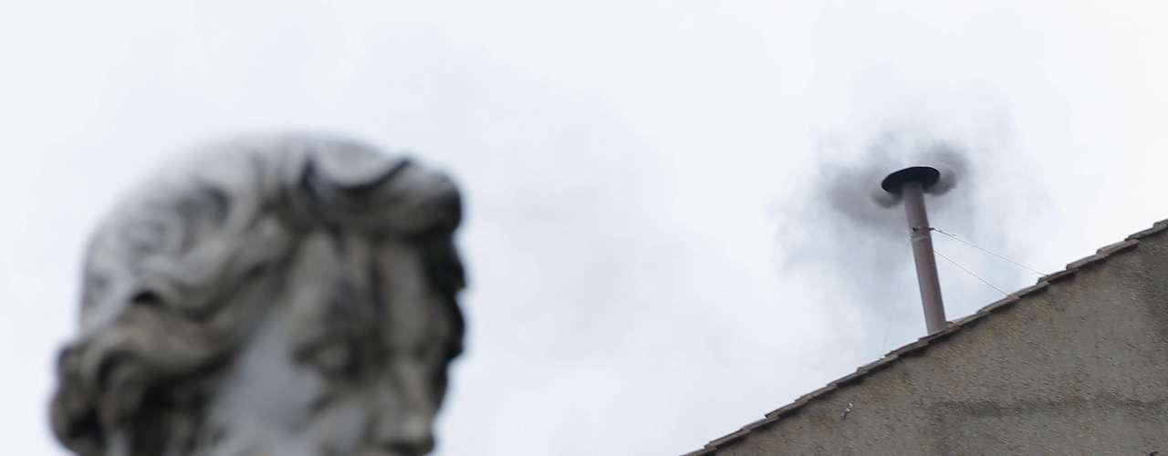 13 de março - Fumaça negra indica que os cardeais ainda não chegaram a um consenso sobre quem deverá ser o novo papa