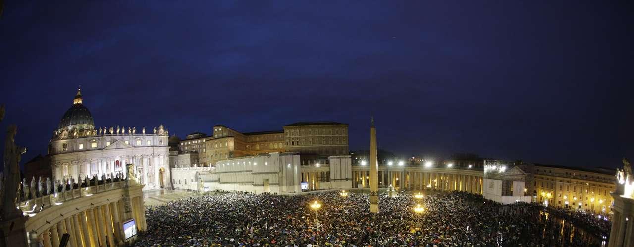 13 de março - Multidão se reúne na Praça São Pedro esperando o resultado da escolha do novo papa